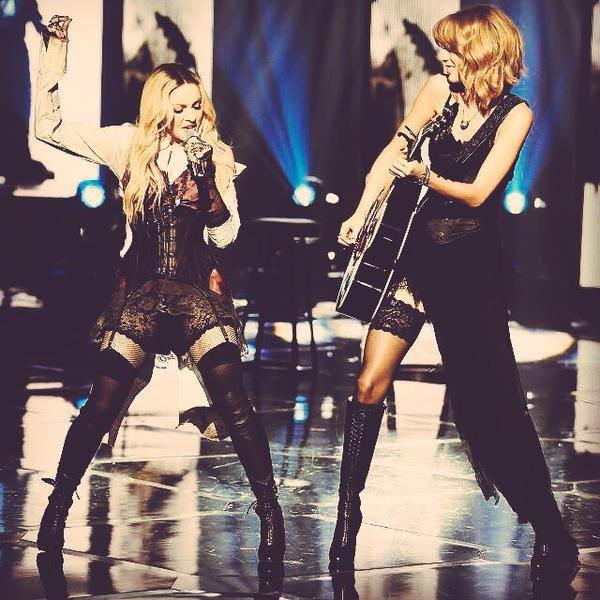 Taylor Swift suona la chitarra per Madonna in Ghosttown agli iHeart Music Radio Awards 2015