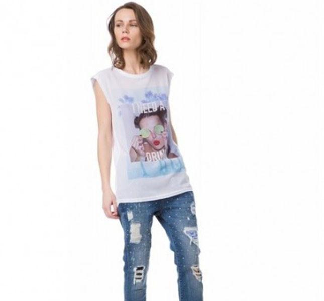 Top stampato e jeans con strappi