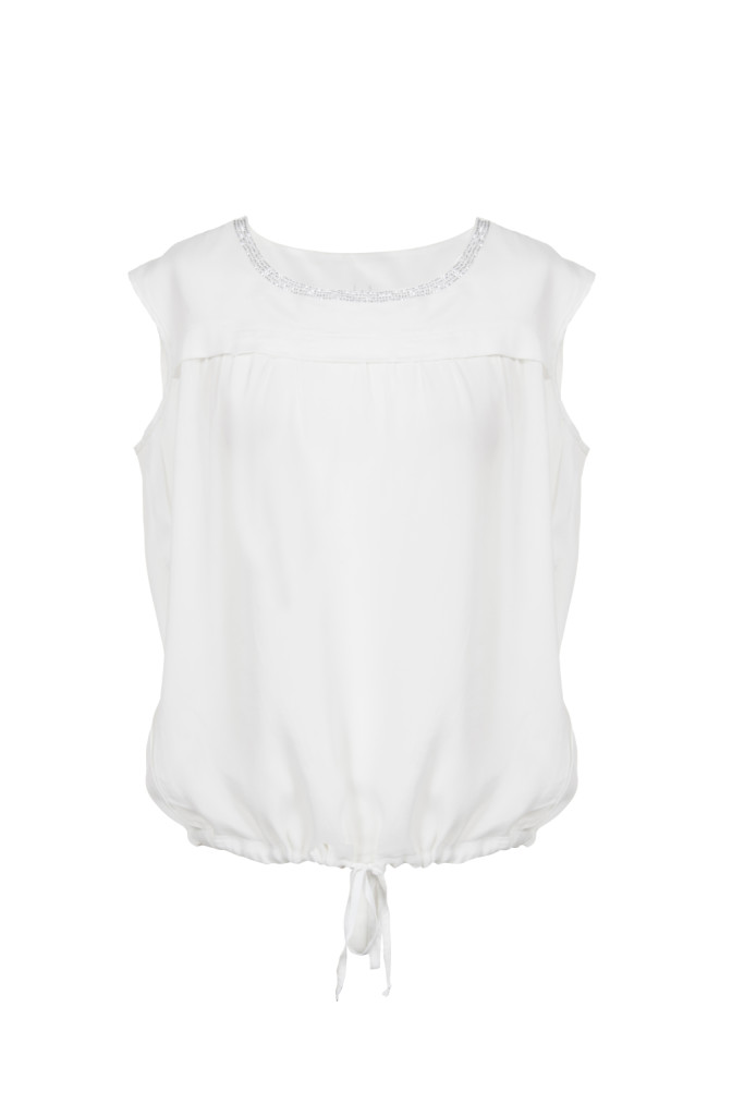 Morbido top bianco in seta e viscosa, dalla texture leggera, impreziosito dal dettaglio di piccole borchie nel girocollo. Prezzo speciale: 75 €