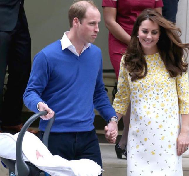 Kate Middleton esce dalla clinica con il marito e la piccola Charlotte