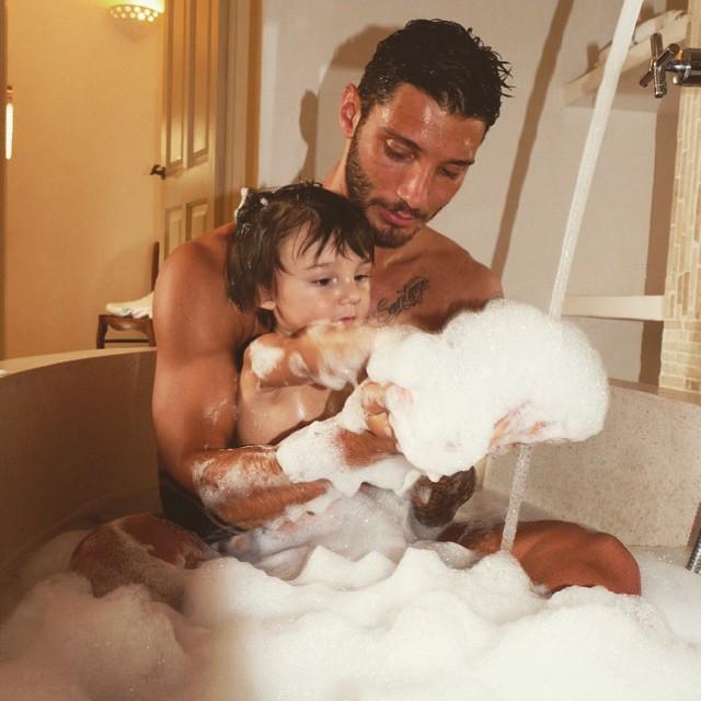 Un momento intimo tra padre e figlio