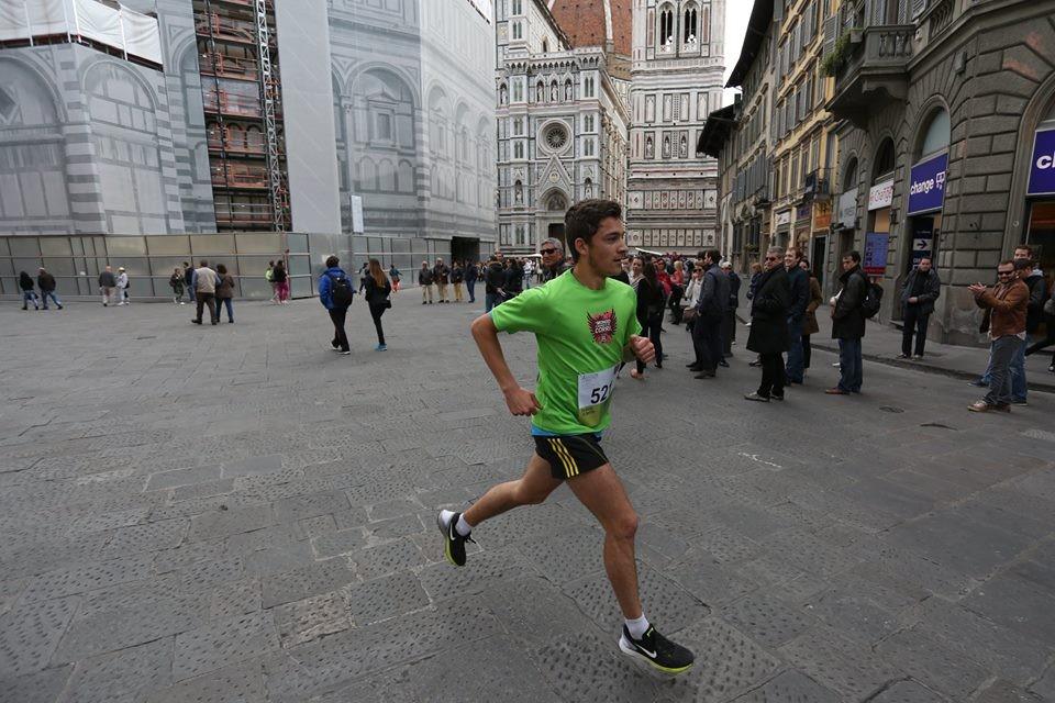 Un partecipante in piazza santa Croce, nella città toscana