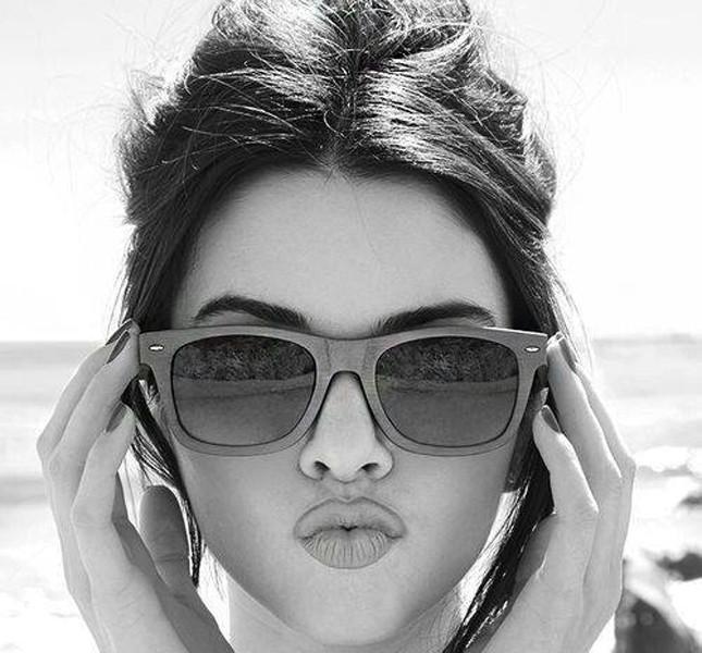 Kendall Jenner con occhiali da sole oversize