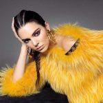 Kendall Jenner in posa con maxi pelliccia gialla