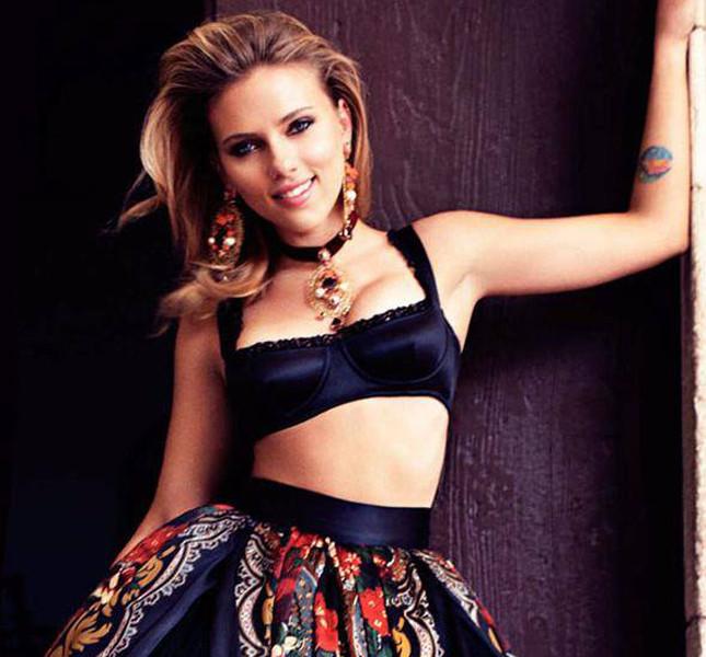 Scarlett Johansson con i capelli lunghi