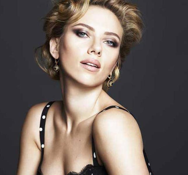 Scarlett Johansson con i capelli mossi