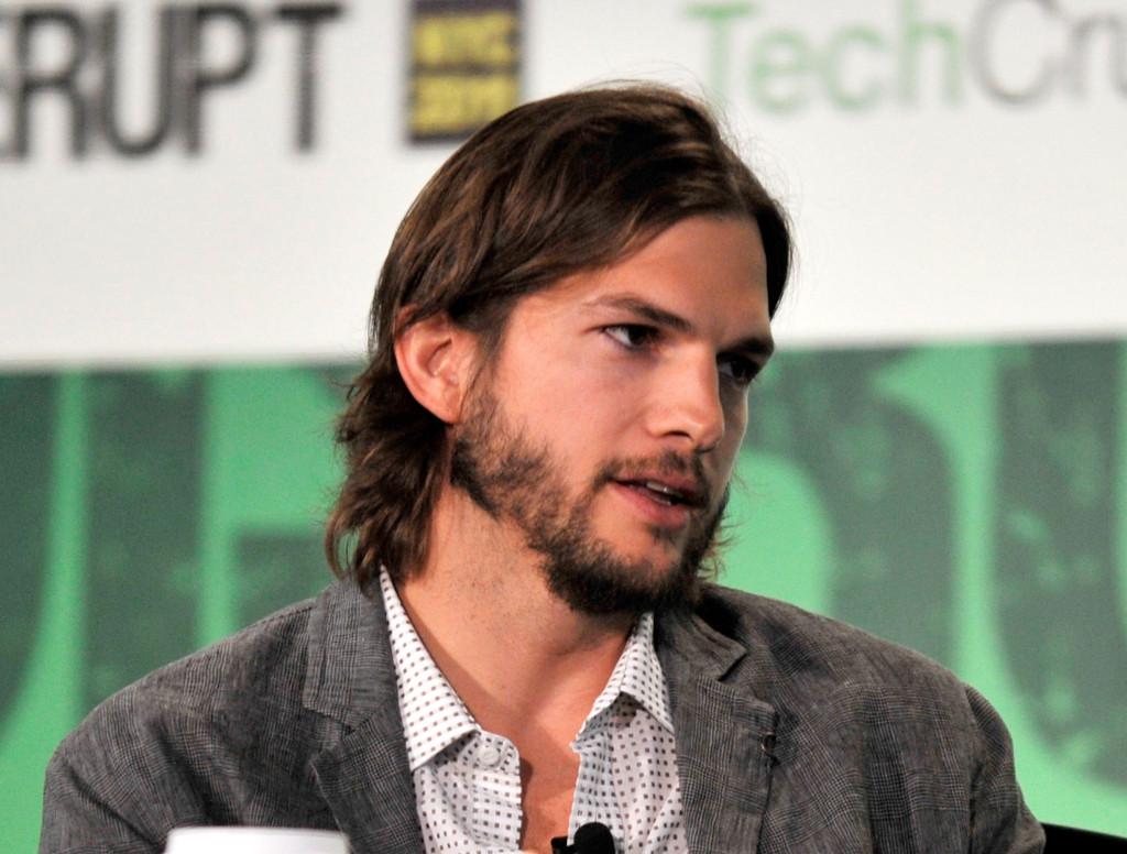 Capelli e barba lunga e... qualche chilo in più per il sempre (comunque) sexy Ashton Kutcher