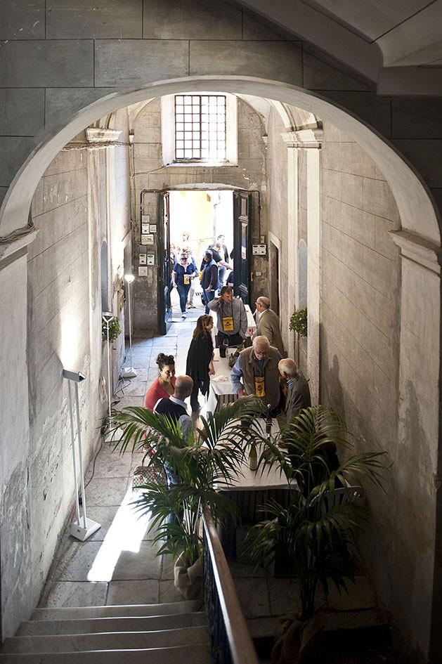 Le degustazioni durante l'evento Benvenuto Vermentino si tengono begli atri dei palazzi settecenteschi di Castelnuovo Magra