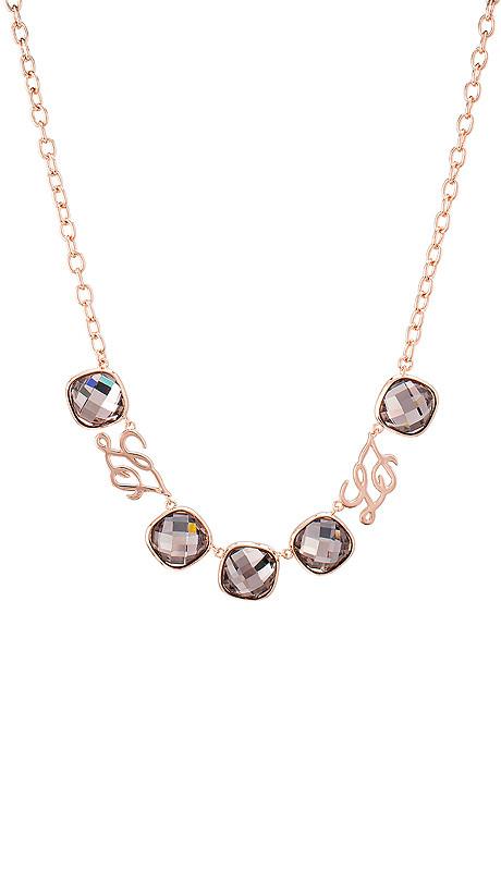 Illumina _ collana Una scintilla che brilla è un richiamo alla gioia e al sorriso, un'alleata nella grigia routine. Una collezione con un fascino personale, parure dalle pietre colorate e cristalline, gioielli che si distinguono per il design griffato e attraente.