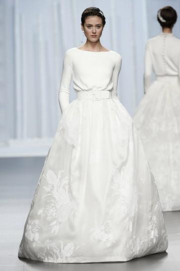 b1176d5c2968 ... Abito modello t-shirt con maniche lunghe  Abito sposa classico con  ampia gonna dettaglio cintura gioiello ...