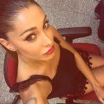 Belen Rodriguez_ Trucco leggero con rossetto rosso e leggero smoky eye dai colori caldi