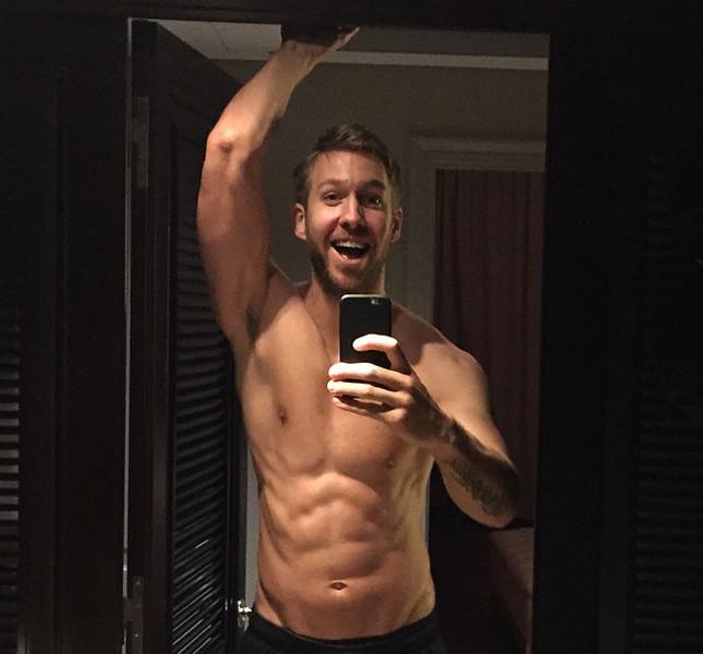 Calvin Harris selfie e fisico palestrato