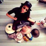 Nina mostra fiera la sua collezione di cappelli
