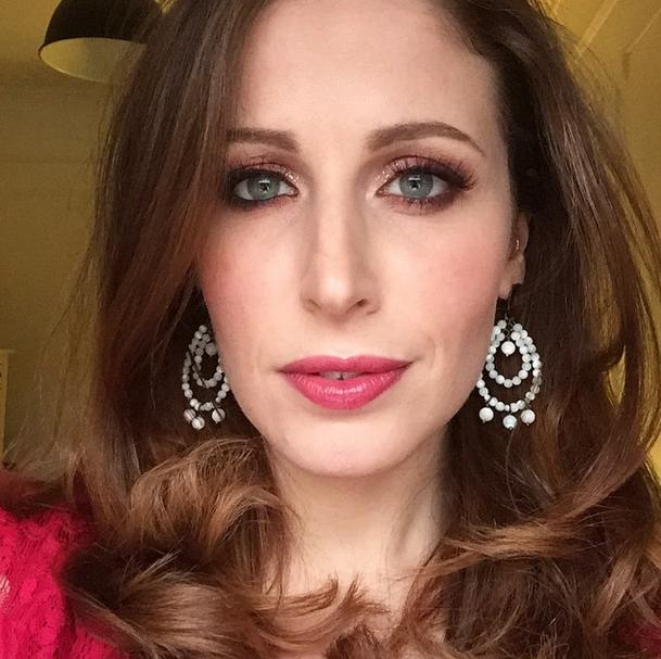 Clio Makeup_la famosa makeup artist indossa un rossetto caldo e punta tutto su occhi shimmer