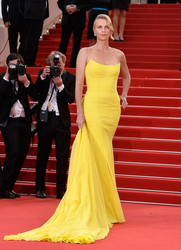 Charlize Theron con un abito giallo canarino di Dior