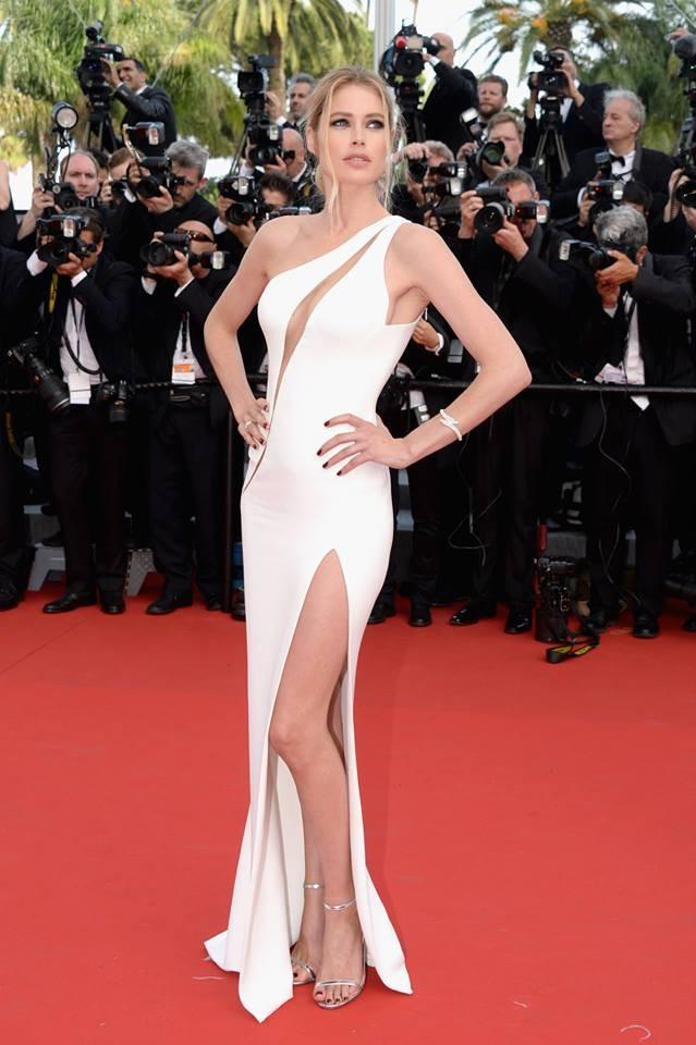 Statuaria Doutzen Kross, ma l'abito Atelier Versace è troppo scollato e sgambato