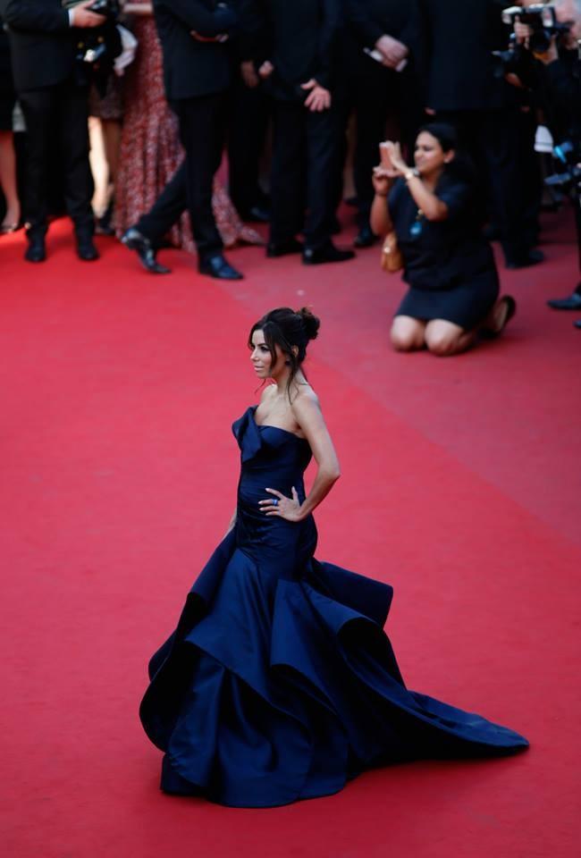 Eva Longoria sul red carpet con un abito di Atelier Versace
