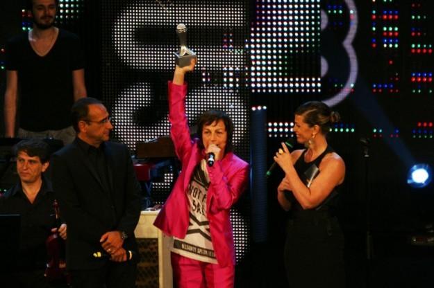 Gianna Nannini ritira il suo primio durante la scorsa edizione