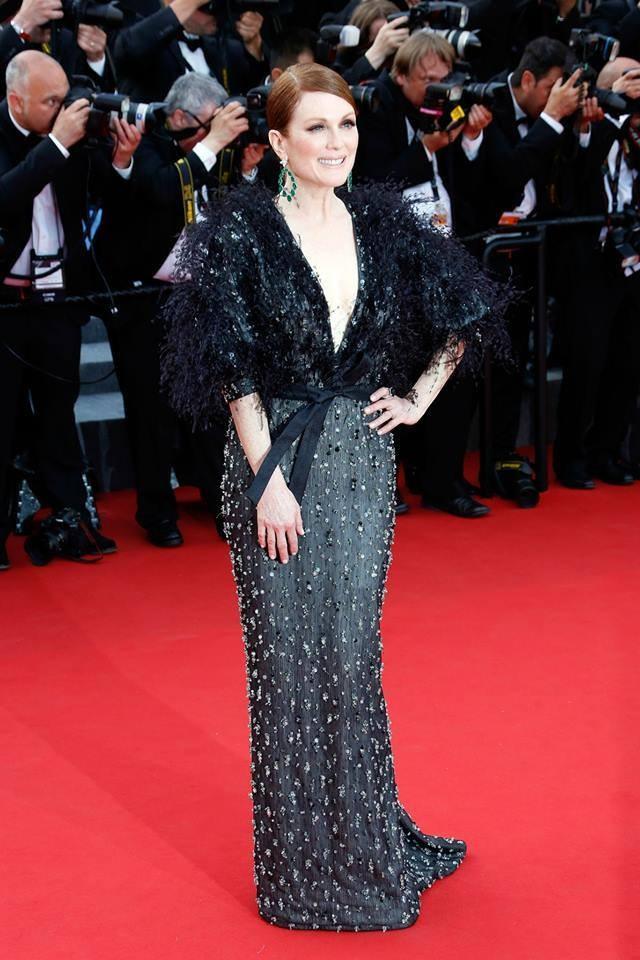 Paillettes, lustrini e piume per un'elegantissima Julianne Moore in Armani Privé