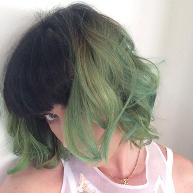Katy Perry in uno dei suoi stravaganti cambi colore di capelli