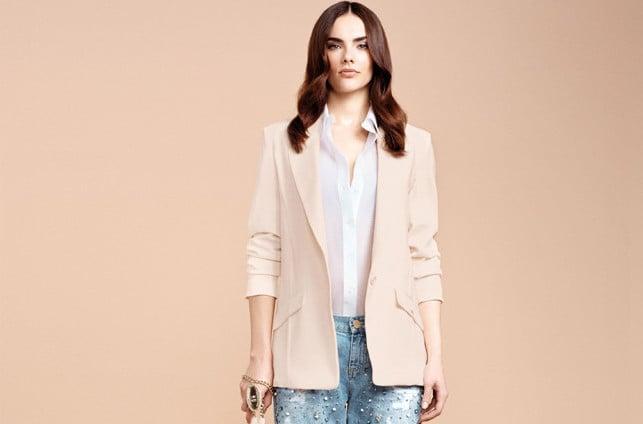 Elisabetta Franchi jeans con strappi e strass abbinati a blazer rosa cipria