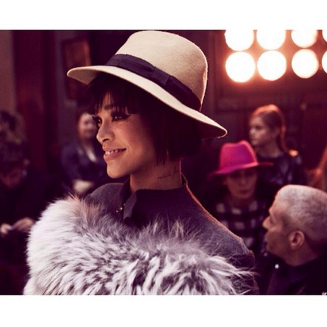 Caschetto corto nero e look da diva anni '30 per Rihanna