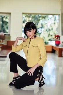 Cannella. Il giallo senape della giacca abbinato al nero minimal dei pantaloni