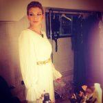 Abito in total white con cintura dorata, un altro outfit di Emma per Sanremo
