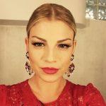 Chignon e abito rosso per Sanremo 2015