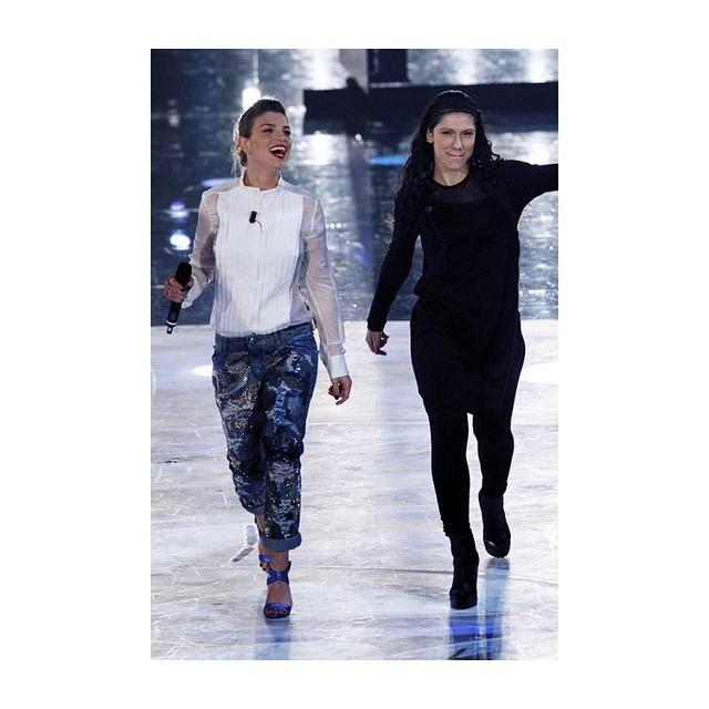 Emma ad un serale di Amici 2015 con Elisa Toffoli. Camicetta e jeans slavati per il suo look.