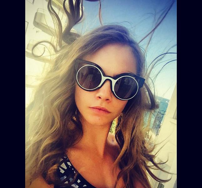 Cara Delvingne sfoggia occhiali da sole Fendi