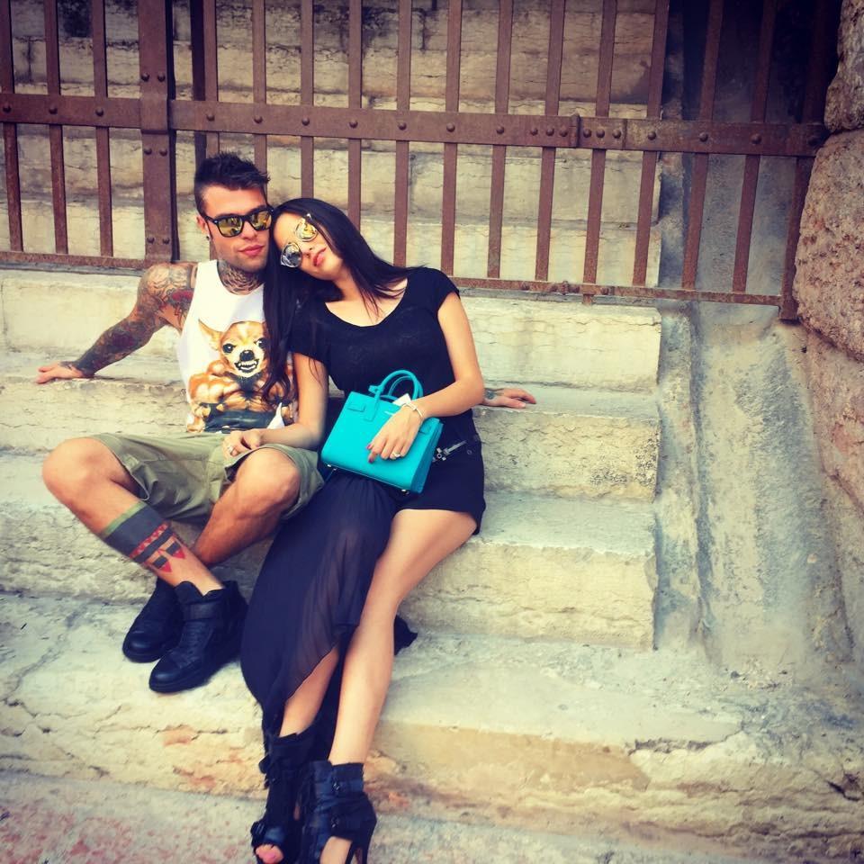 Fedez sulle scale dell'Arena con la fidanzata, Giulia Valentini