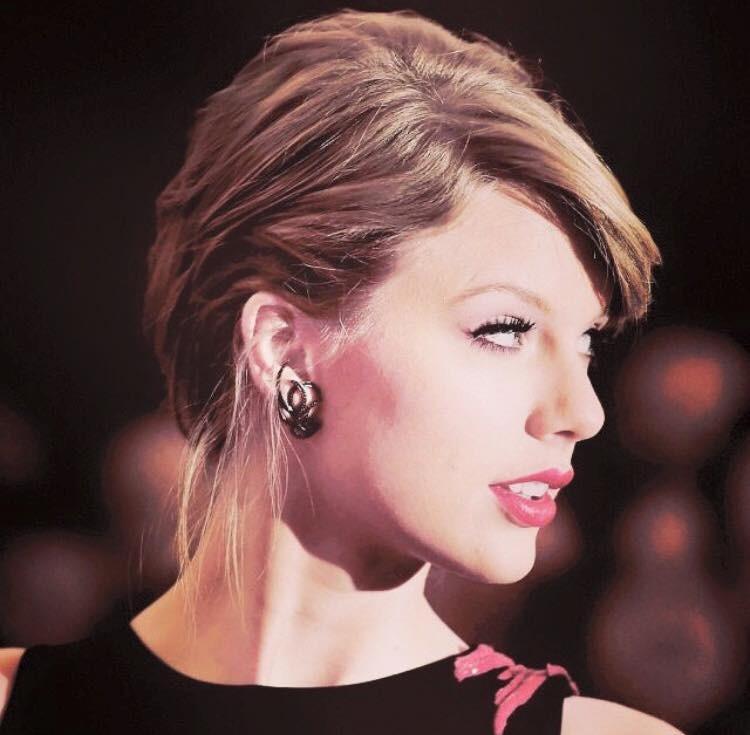 Taylor Swift sceglie sopracciglia sottili ad arco