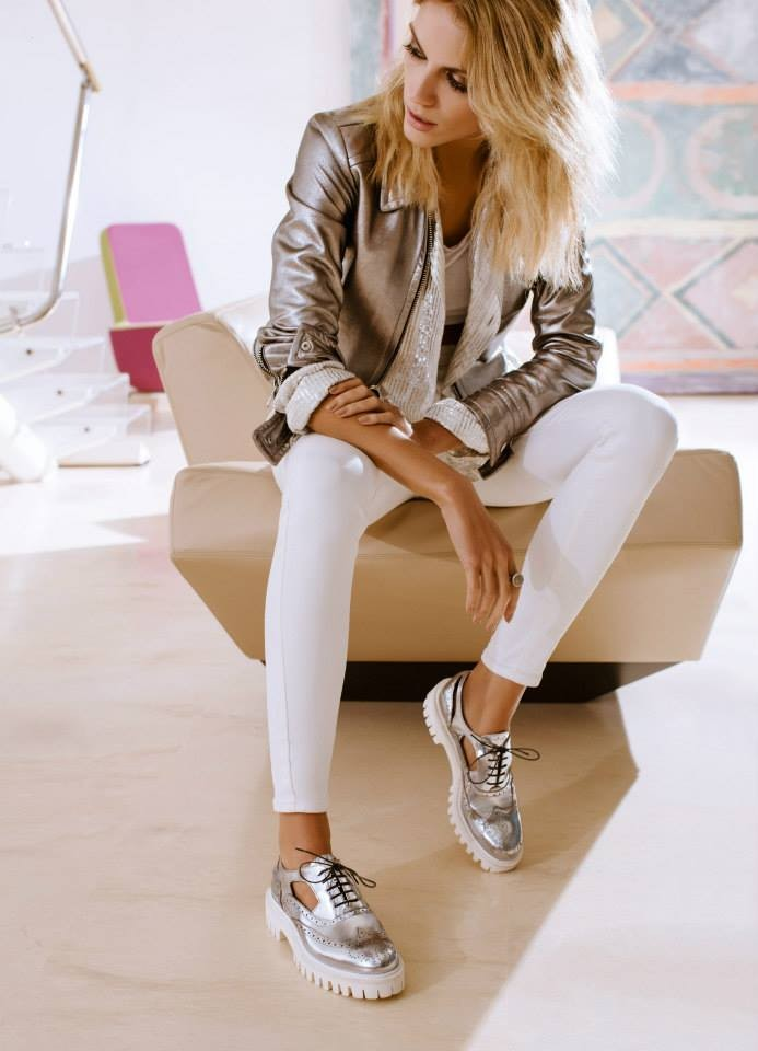Sneakers e giacca color argent_Alberto Guardiani