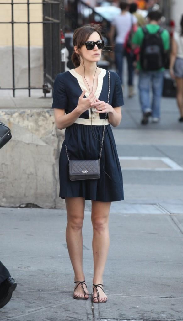 Un altro look dell'attrice con sandali flat, vita alta, tracolla e occhiali da sole.