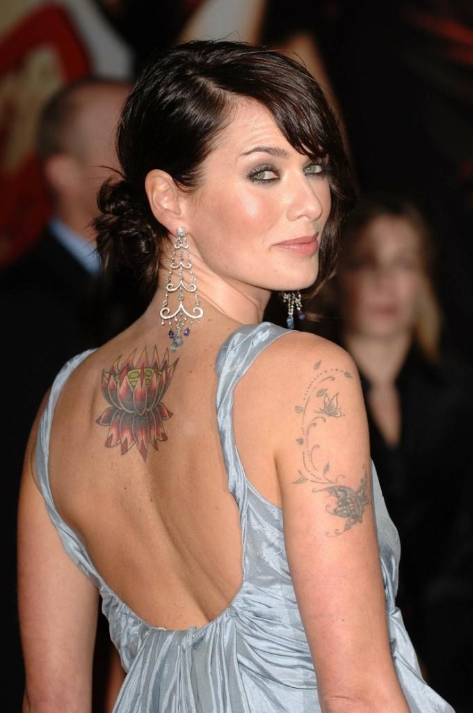 Fiore di loto, rondine e il tatuaggio sul braccio per coprire il nome dell'ex marito