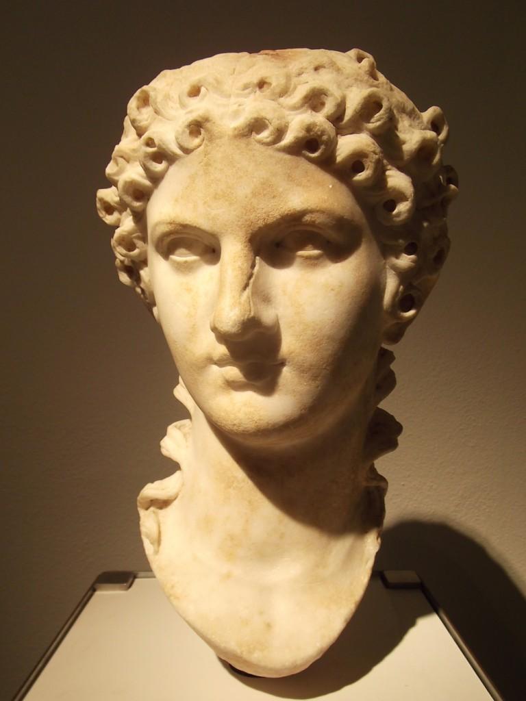 Agrippina, la madre di Nerone, con un'acconciatura antenata della permanente...