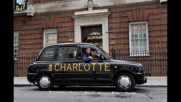 Un tipo taxi londinese celebra la nascita della seconda royal baby