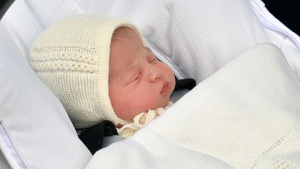 Un primo piano di Charlotte appena nata