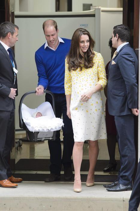 Papà Harry e mamma Kate escono dall'ospedale dopo il parto
