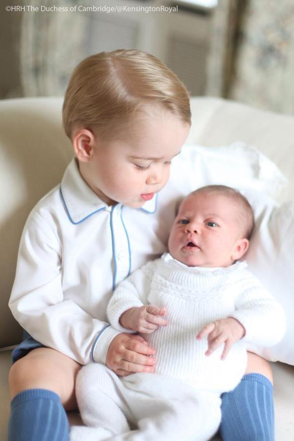 Un ancora perplesso George guarda la sorellina appena nata