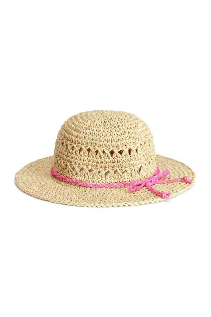 Cappello in paglia con fili glitter.