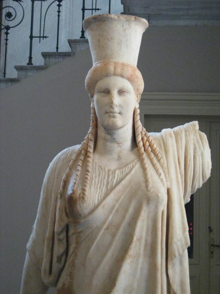 Una coephora dell'Acropoli di Atene con i capelli ricci