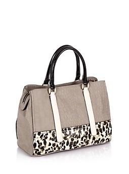 Guess. Jizelle Girlfriend Satchel Bag. La stampa leopardata e quella cocco creano piacevoli contrasti.