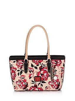Guess. Blossom Medium Classic Floral Tote Bag. L'ultima aggiunta alla collezione della griffe è un must-have per gli accessori della nuova stagione. Stampa floreale, effetto vetrificato e dettagli pitonati.