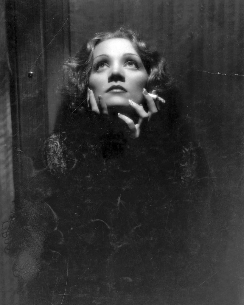 Marlene Dietrich icona di femminilità con sopracciglia appena visibili