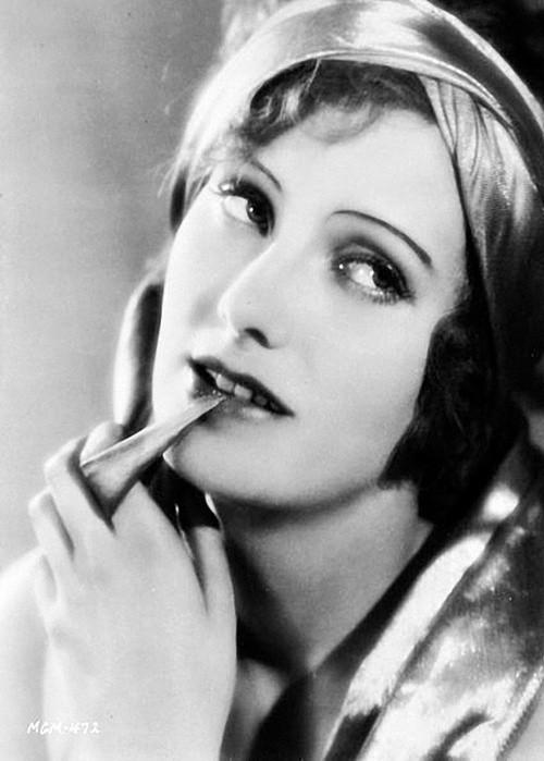 Greta Garbo con sopracciglia sottili ad arco definite con la matita