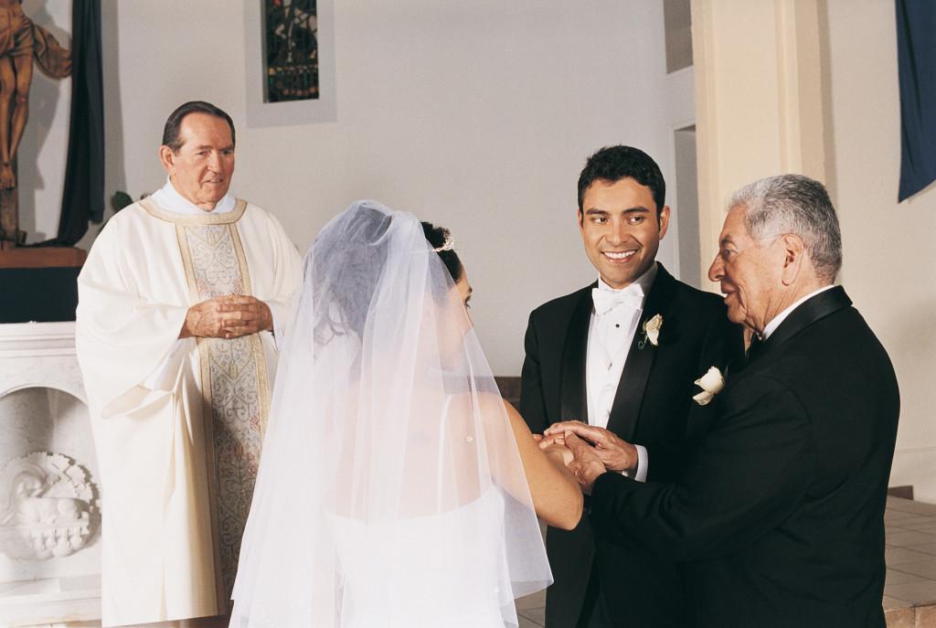 nel corteo la sposa deve tenere il braccio sinistro del padre