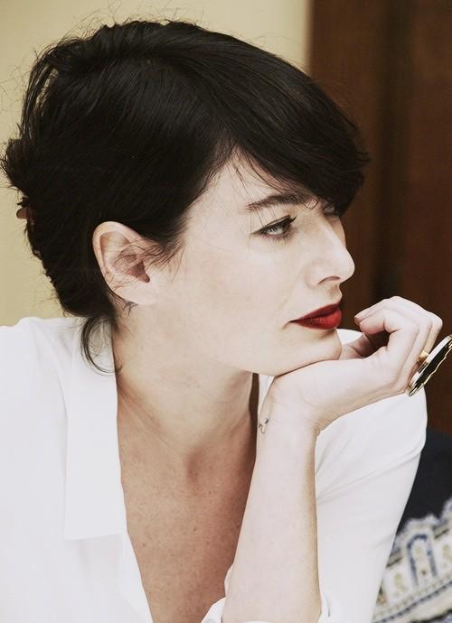 Uno dei pochi scatti dove Lena Headey ha un rossetto scuro
