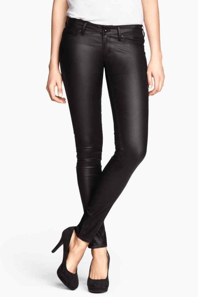 Jeggins in simil pelle nera di H&M, perfetti per imitare il look rock di Emma.